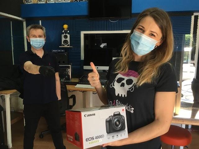 Alba Collado recibe de Luis Serrano una cámara como ganadora del concurso.