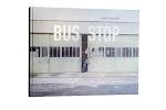 nagenoeg gesloten garagedeuren van een busbedrijf