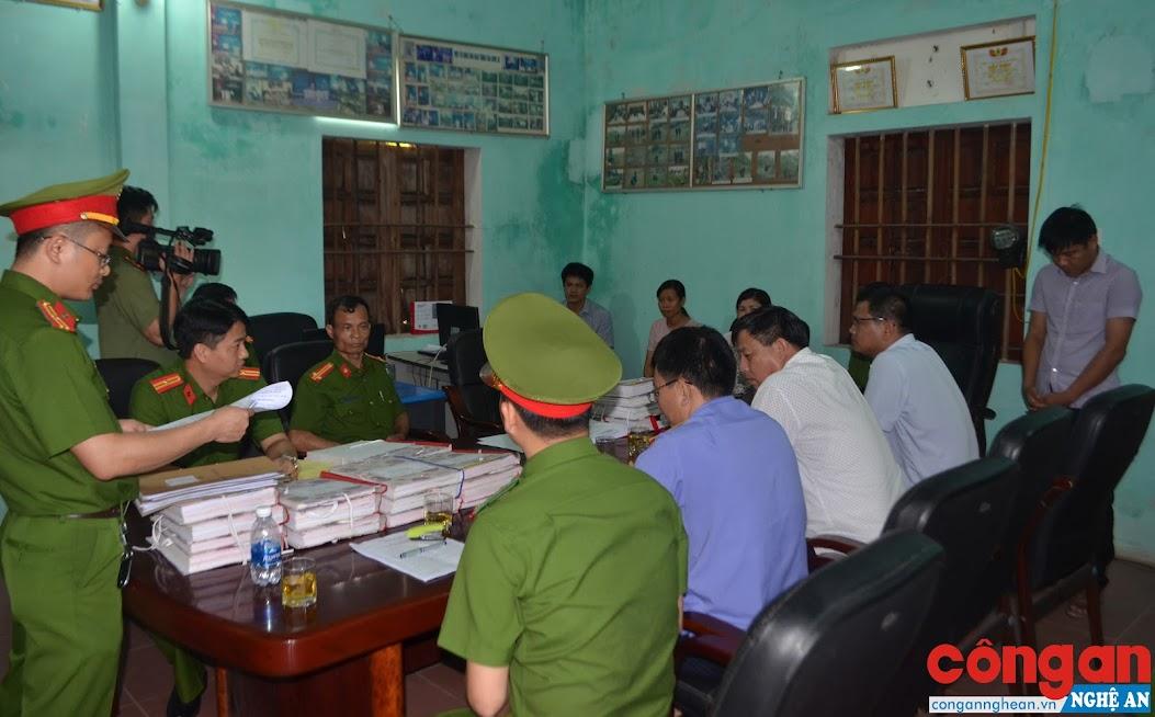 Cán bộ Phòng Cảnh sát kinh tế tống đạt các quyết định khởi tố bị can, cấm đi khởi nơi cư trú đối với 04 bị can
