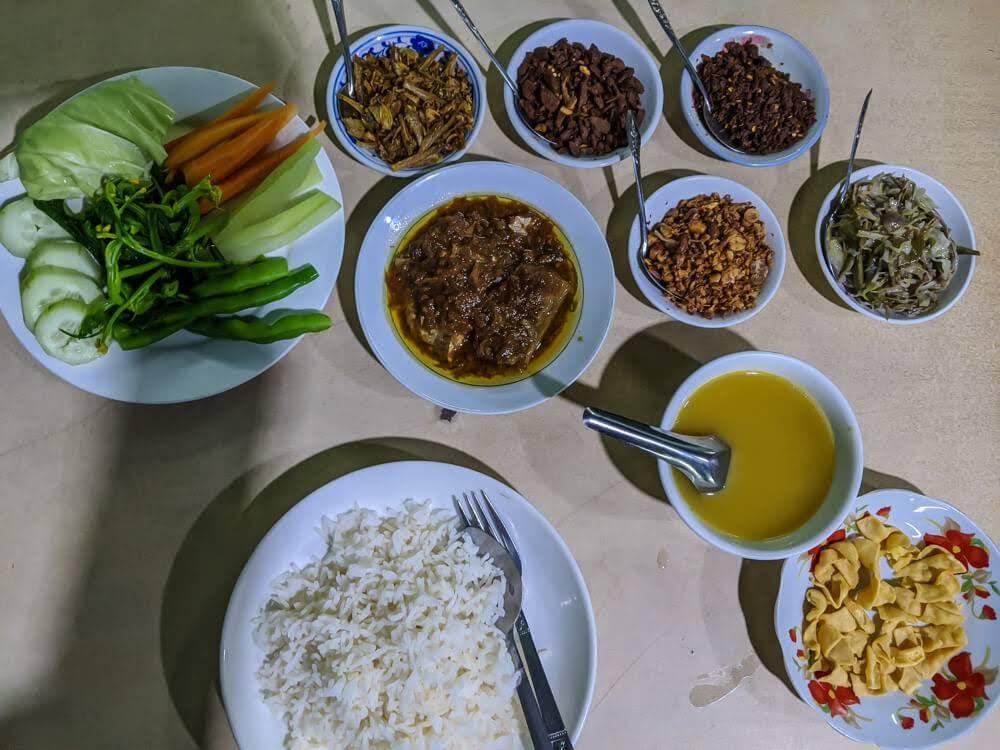 myanmar+meal+nyaungshwe+Inle+Myanmar
