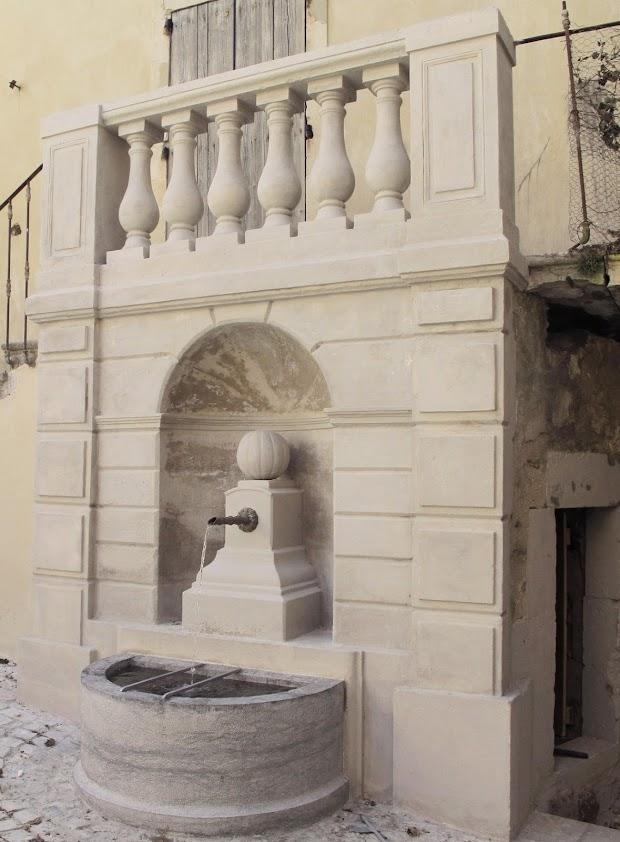Fontaine du Melon dans la grand rue de la ville de Donzère en drome provençale
