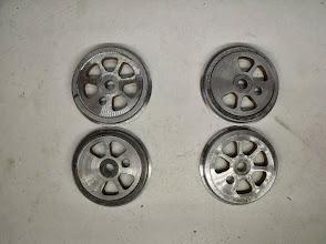 Photo: Les roues pour une 020: 2 avec contre-poids et 2 sans contre-poids