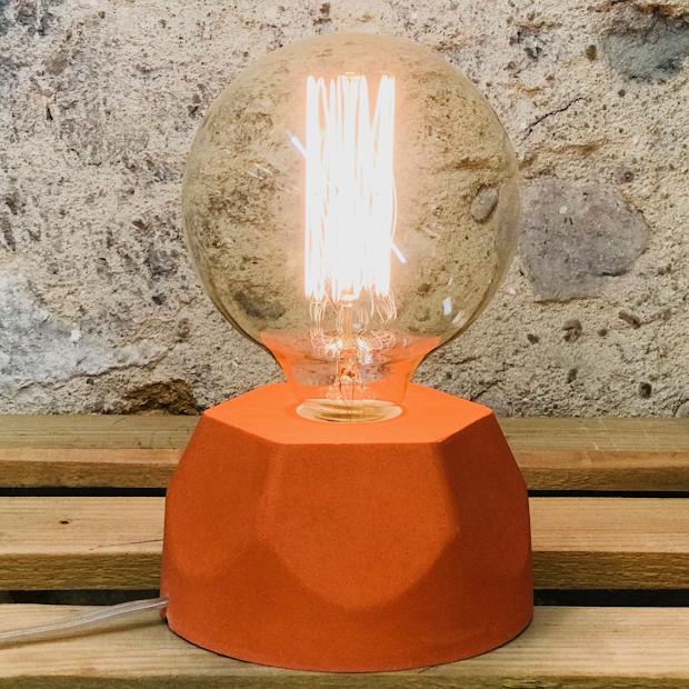 Lampe design en béton orange avec son ampoule à filament