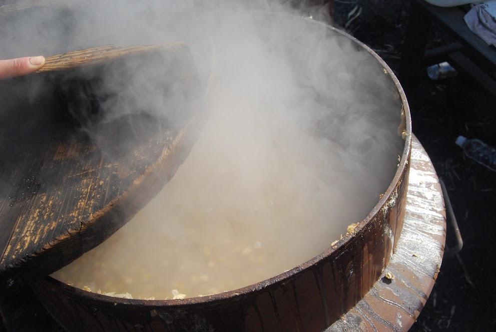 大豆、煮えたかな?小指で押したら潰れるくらいの柔らかさにします