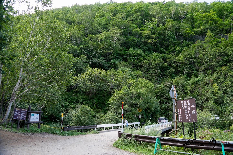 小さな橋の先に入り口