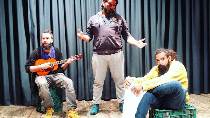 Actores de En alta mar, que se estrena este viernes en La Oficina, durante un ensayo..