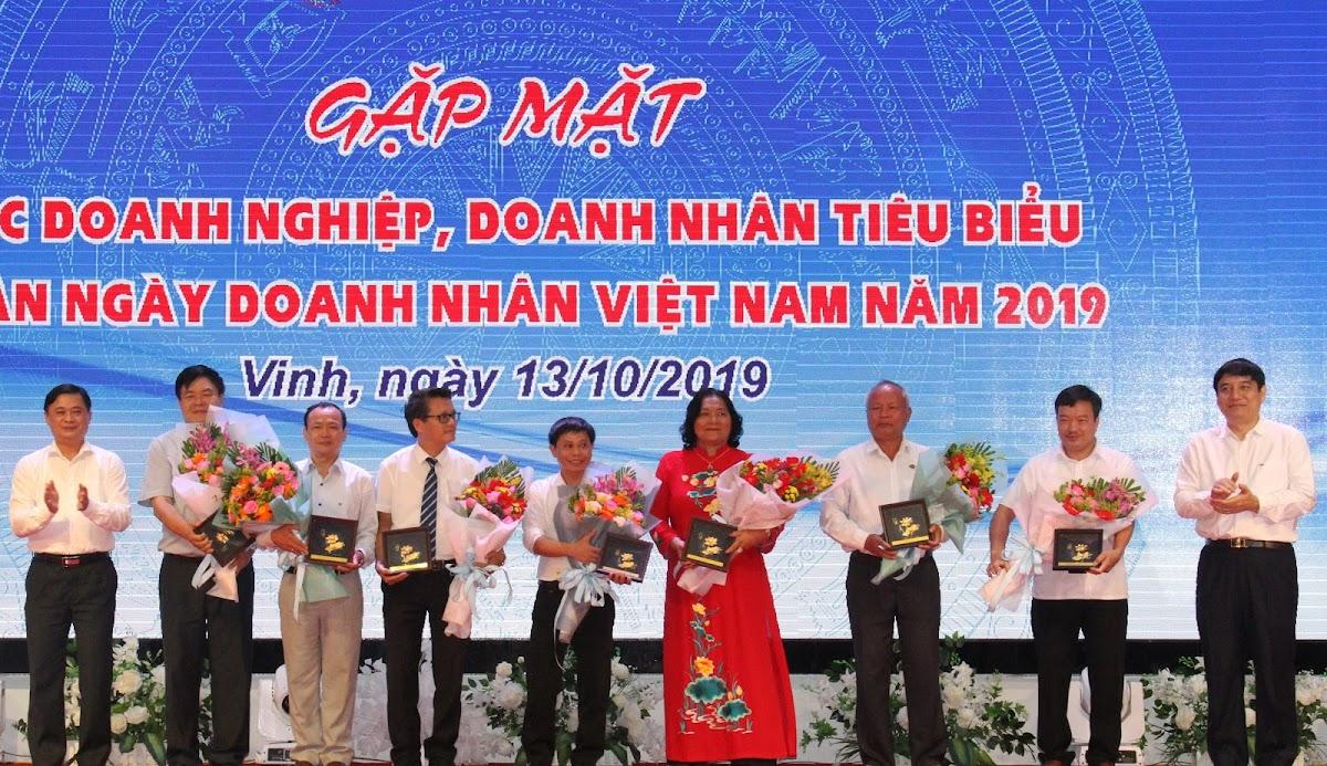 Lãnh đạo tỉnh tặng hoa chúc mừng các doanh nghiệp tiêu biểu