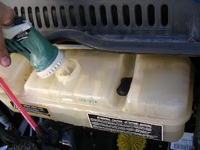 Photo: Arranco el motor y durante 10 minutos mantengo el nivel de la botella, todo el agua sale por el tubo que he quitado y por el radiador. Pasados los 10 minutos, dejar de meter agua y rápidamente parar el motor. El agua es descalcificada