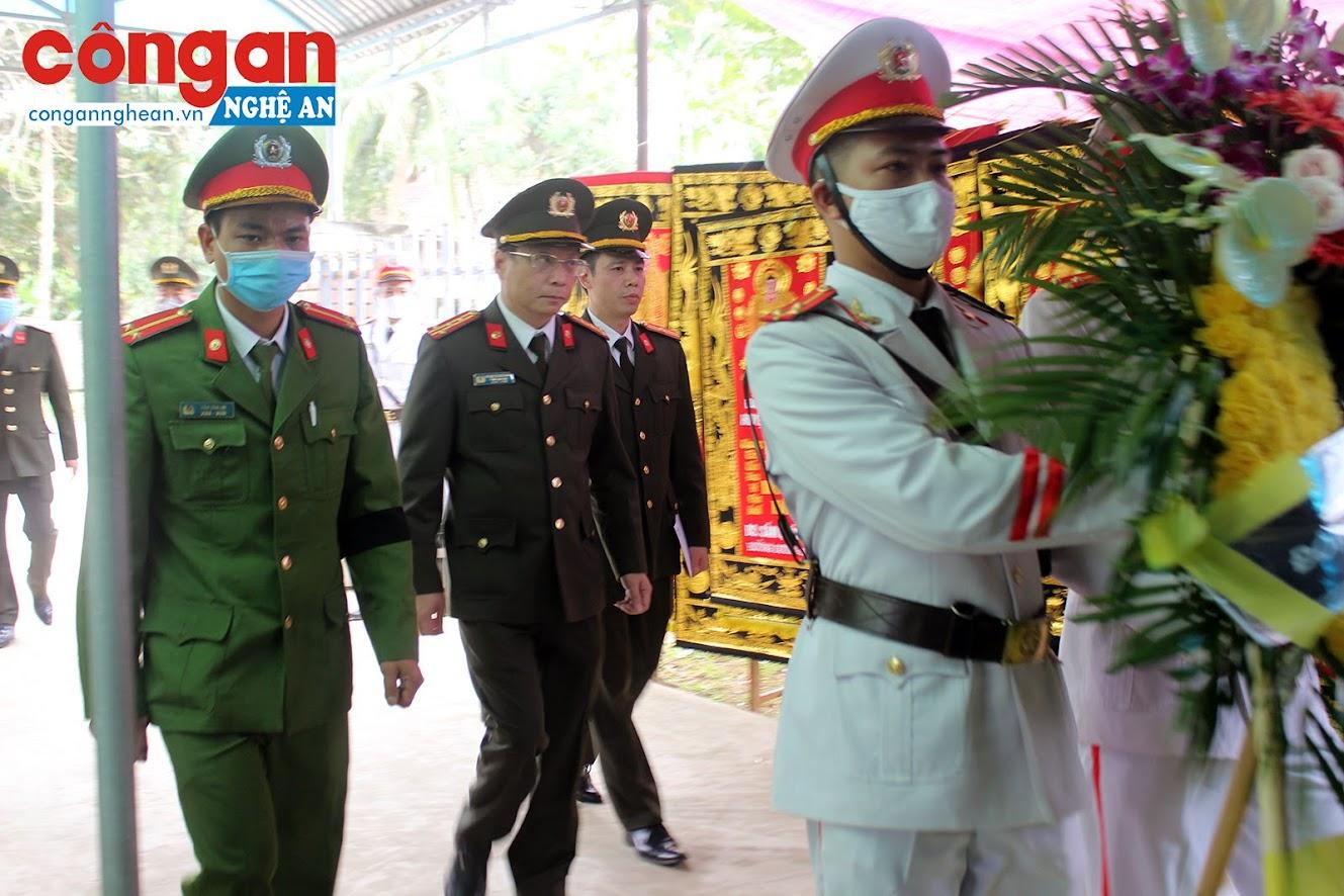 Đại tá Phạm Quang Khải, Cục phó Cục Truyền thông CAND, Tổng Biên tập Báo CAND và đoàn công tác Bộ Công an viếng đồng chí