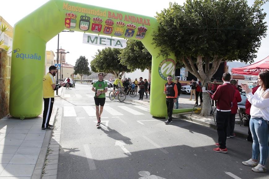 Miguel Ángel Martínez, ganador de la maratón, cruzando la meta