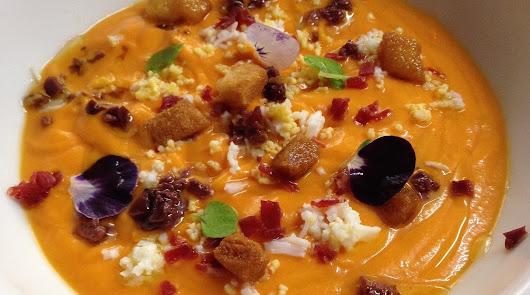Salmorejo con jamón y huevo y ensalada de garbanzos: clásicos que no fallan