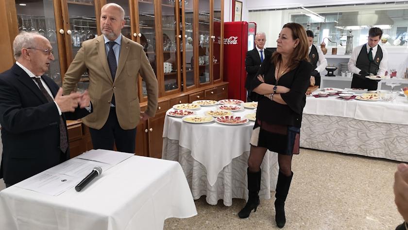 Imbroda, en el centro, junto a José Vique, director del IES, y Carmen Castillo, delegada territorial.