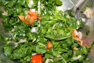 Photo: Delicious Palak (spinach) salad: 1. Cut the spinach, chop the onion and tomato, 2. Add salt, a table spoon of lemon juice, 3. Add a pinch of cumin powder and chili powder, chopped garlic if you like, 3. Add two table spoons of olive oil and mix altogether. You may also use fresh Methi leaves. Enjoy fresh lemon aroma and full flavour of cumin powder. 1st October updated (日本語はこちら☆) -http://jp.asksiddhi.in/daily_detail.php?id=318