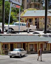 """Photo: A encenação de """"Psicose"""" no tour da Universal em Los Angeles: Norman Bates fecha o porta-malas do carro e vem na direção do trenzinho com uma faca."""