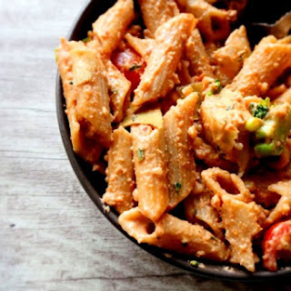 1-POT SPICY AND CREAMY VEGAN PASTA WITH WALNUT PESTO