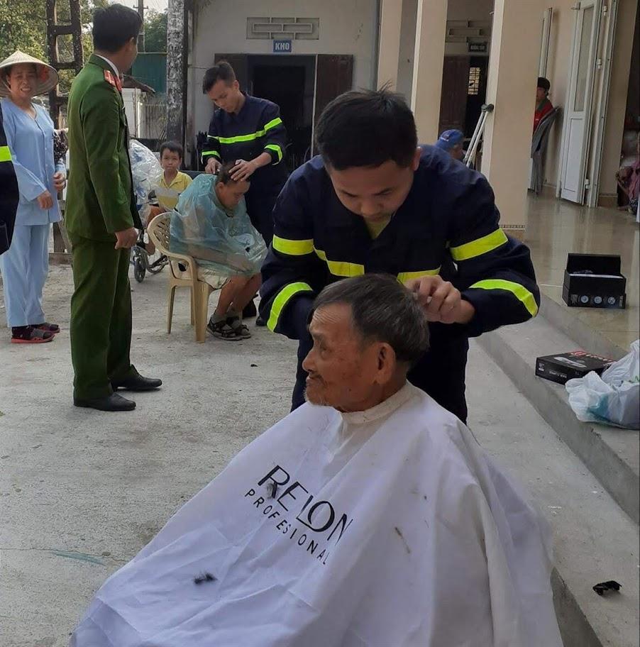 Đoàn viên Phòng Cảnh sát PCCC&CNCH cắt tóc cho bệnh nhân