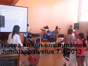 Photo: Jumalanpalvelus koulun tiloissa Mamburaossa