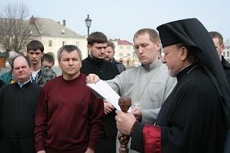 Photo: Єпископ читає молитву