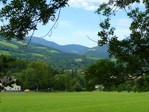 Photo: Schloss Rothschild in der Totalen; dahinter Sitzbichl (1212m) und Tratenkogel (1565m) links; rechts ist die Heukuppe ziemlich verdeckt.
