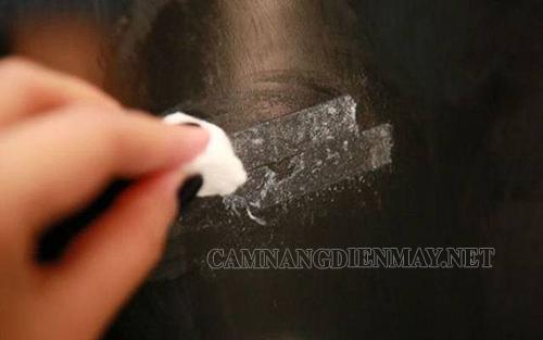 Lau kính sạch sẽ khi bị dính băng keo