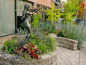 Photo: Art makes gardens shine. These walls act as seats.