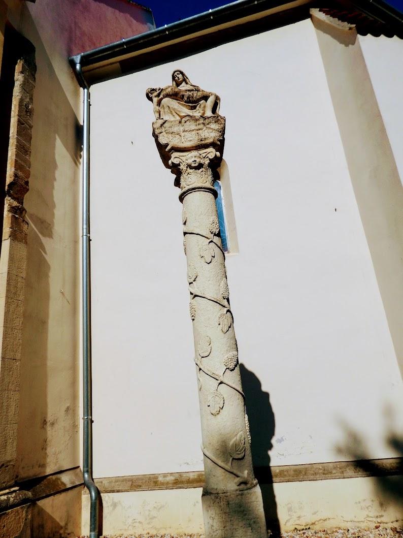Bük - Fájdalmas Anya-szobor (Pietà) a templom mellett