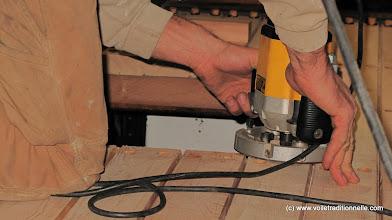 Photo: Jean-François (Coussy) usine les chanfreins de calfatage avant de poser l'hiloire de claire-voie.