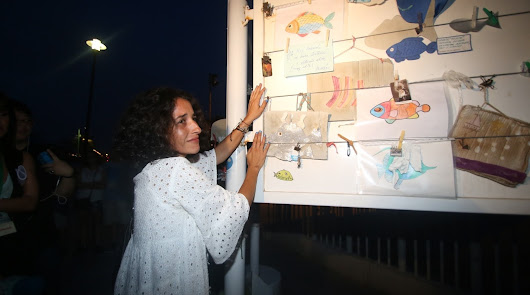 Patricia Ramírez, madre de Gabriel Cruz, frente a un mural conmemorativo.