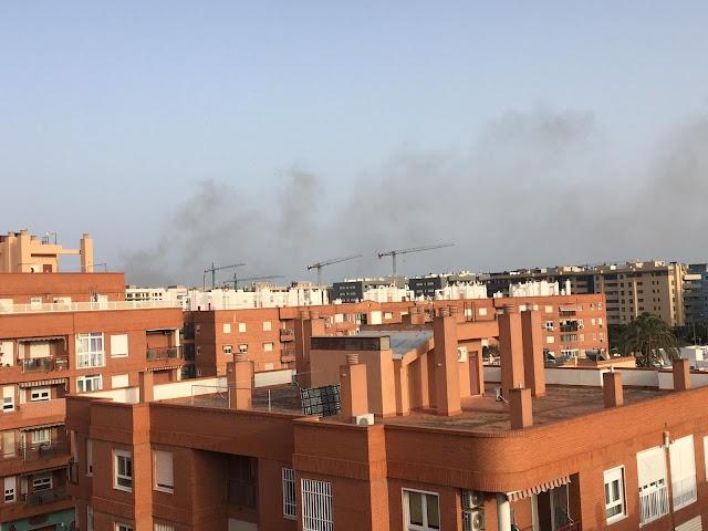 El humo es visible desde distintos puntos de la capital.