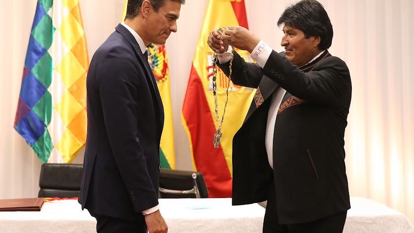 Evo Morales impone ayer en Bolivia al presidente español, Pedro Sánchez, el símbolo acreditativo de la Orden Cóndor de los Andes.