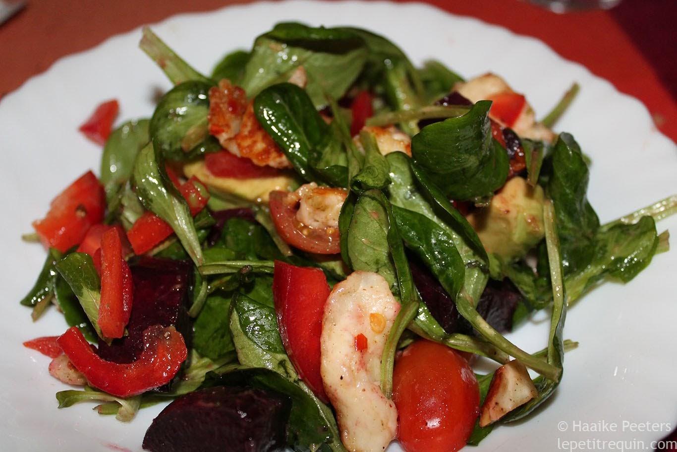 Salade met geroosterde rode biet, paprika, tomaatjes en halloumi (Le petit requin)