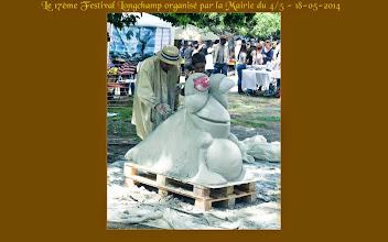 Photo: Une technique particulière pour une sculpture. La grenouille est bientôt aussi grosse que le bœuf.