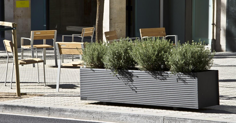 De Harpo stoelen en Tram plantenbak langsheen een promenade, straatmeubilair op zijn best in de publieke ruimte