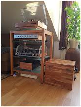 Photo: WOODandMORE-Produkte beim Kunden  Wir freuen uns, Ihnen das Hifi-Rack in Kirschbaum mit satinierten Glasböden im Wohnzimmer unseres Kunden zeigen zu können. Sowohl das Hifi-Rack als auch das außergewöhnlichen Equipment sind ein echter Hingucker und ergänzen sich perfekt. Vielen Dank an unseren Kunden für das schöne Foto! Wir wünschen viel Freude an dem Hifi-Rack.  https://www.woodandmore.de/22_hifi-moebel/hifi-rack-quadra-aus-vollholz-kirschbaum-mit-glasboeden__6155.htm