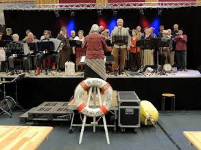 Photo: Het shantykoor zingt leuke deuntjes, waardoor het erg gezellig is in de hal.