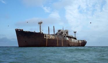 Photo: Orosz hajó a zátonyon kb. tízezer madárral.