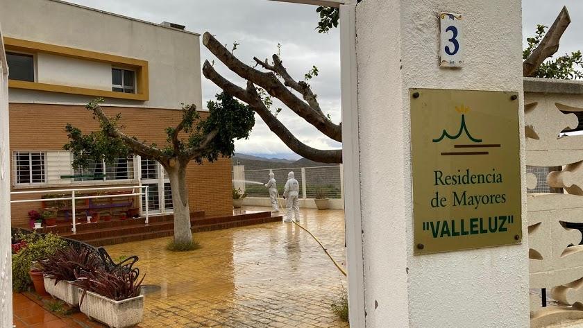Labores de desinfección en la residencia de mayores Valleluz de Íllar por parte de la UME.