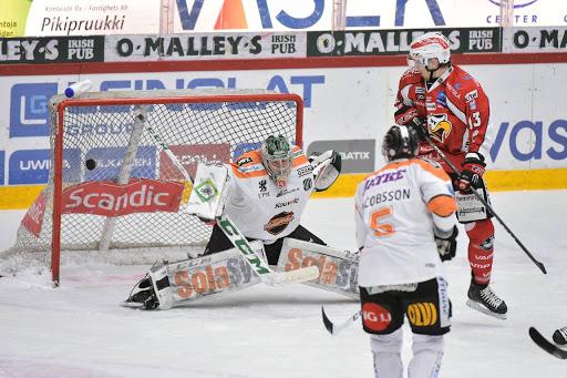 Markus Nordlund pangade in 1-0 men sen blev målkranarna torra. KooKoo vann slutligen med 1-2 efter ett avgörande i förlängningen. (Foto: Samppa Toivonen)