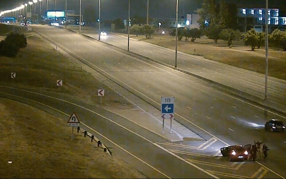 KYK   Roekelose dansers met 'n vragmotor op die Joburg-snelweg - TimesLIVE