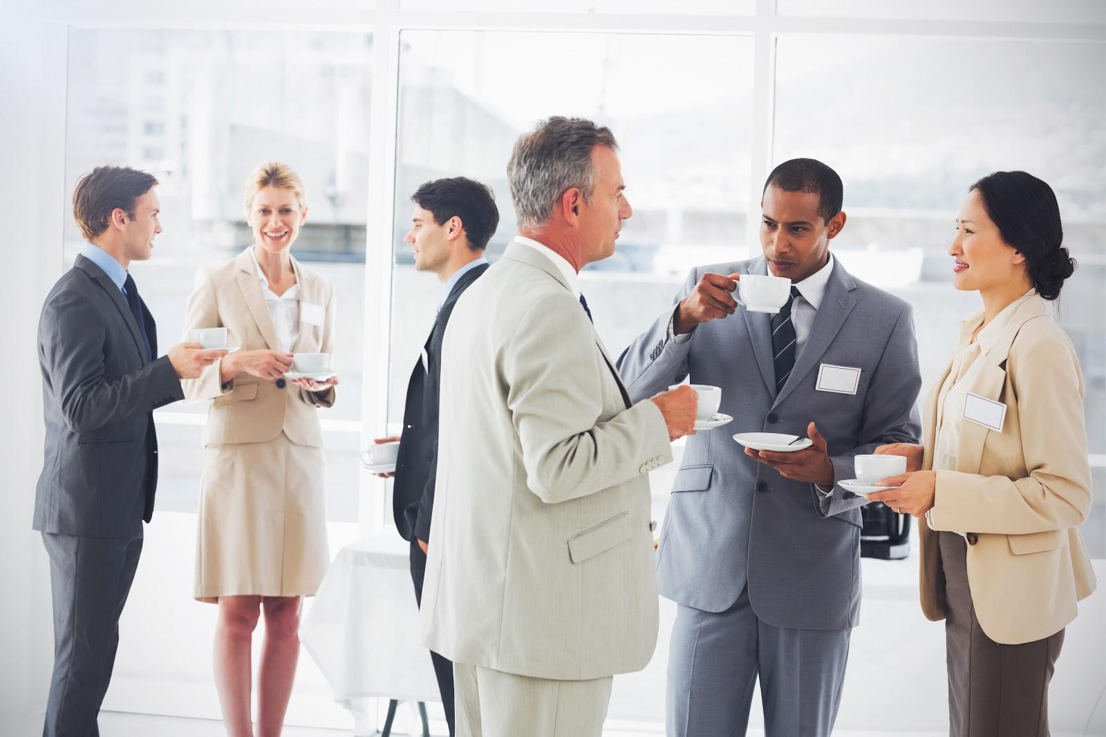 Pessoas na empresa realizando um coffee break e conversando sobre negócios