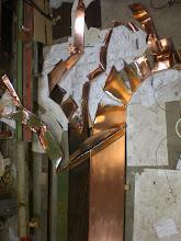 Photo: Work in Progress, nach dem Vorort direkt 1:1 ohne Vorentwurf gezeichnet (entworfen) wurde ging es in die Werkstatt des Metallkünstlers Mirko Siakkou-Flodin, wo mit dem 1mm starken Kupferblech nicht gerade zimperlich umgegangen wurde, Der Maschinenhammer schlug bis zum zerreissen des Materials auf das Blech ein. fetzig im wahsten Sinne
