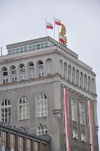 Photo: Původní budova telekomunikační centrály, o kterou sváděli s Němci povstalci tuhé boje a nakonec ji dobyli. Proto je dnes na střeše umístěn symbol PW – Polska walczaca (Polsko bojující).