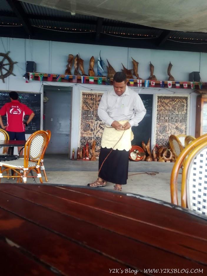 Un uomo indossa il tipico abbigliamento tongano - Neiafu