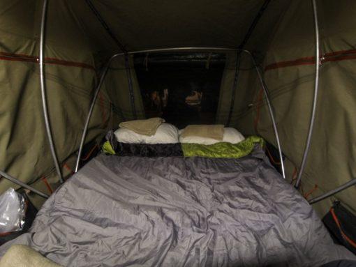 safári na África do Sul - Barraca de teto armada e arrumada com travesseiros e saco de dormir