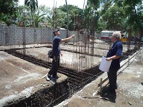 Photo: Avril 2011: Contrôle du ferraillage des fondations du bâtiment sud