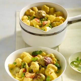 Hackbällchen in Currysauce mit Kartoffeln und Blumenkohl