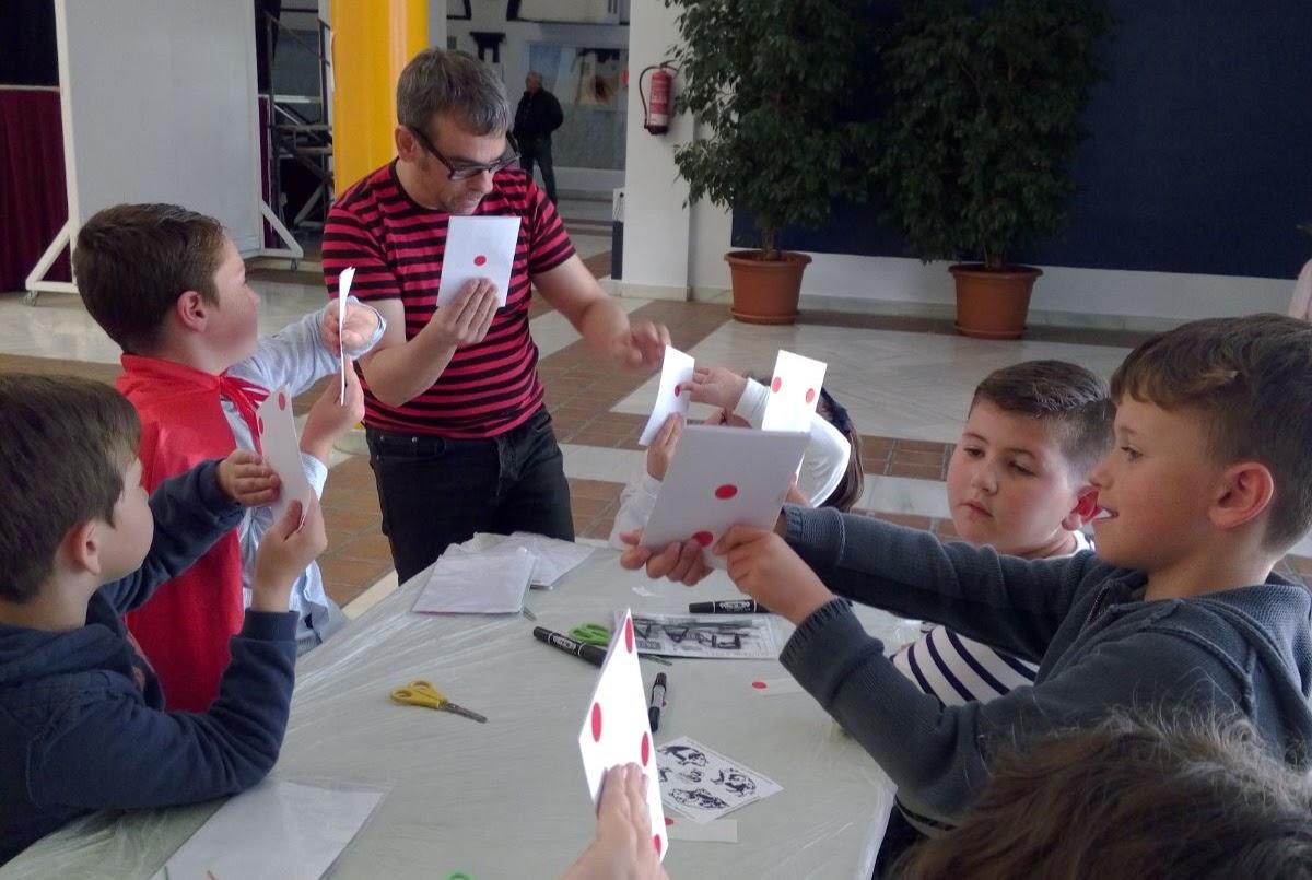 niños haciendo truco de magia de cartas de 4 caras