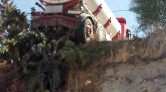Un camión se queda colgado en el borde de un barranco en la carretera del Castillo