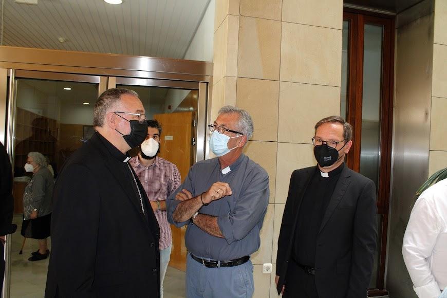 El obispo coadjutor, el párroco Tomás Cano y el vicario general.