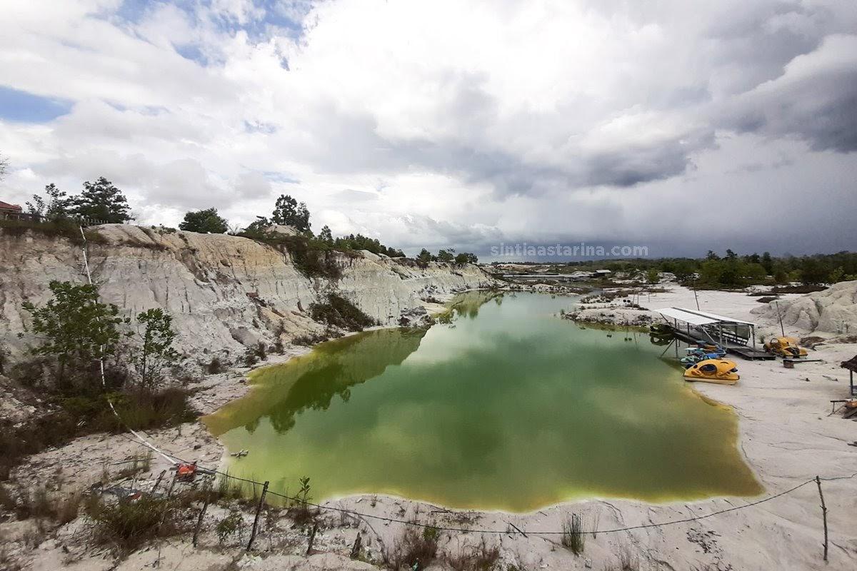 Danau Kaolin memiliki dua warna, yakni biru tosca dan hijau lumut.